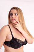 長いブロンドの髪と黒いブラと肥満、巨乳の女性 — ストック写真