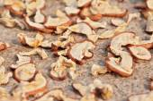 Sun drying sliced apples with selected focus — Stock Photo