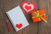 Notebook with gift, pencil and hearts — 图库照片