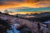 Paisaje de invierno fantástico. espectacular cielo nublado. — Foto de Stock