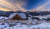 Muhteşem kış manzarası. dramatik bulutlu gökyüzü. — Stok fotoğraf