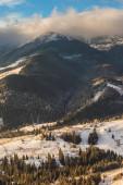 Paisaje de invierno hermoso en las montañas — Foto de Stock