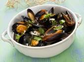 Rustic black mussel in garlic white wine sauce — 图库照片
