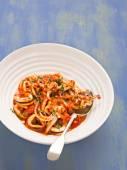 Rustikální italský kalamáry v pikantní rajčatové omáčce — Stock fotografie