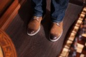 Man in blue jeans and yellow boots — Foto de Stock