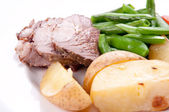 Sliced leg of lamb with fresh vegetables — Стоковое фото