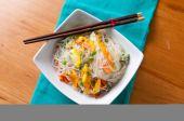 クール、健康とさわやかなマンゴーと麺の夏サラダ — ストック写真