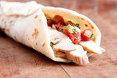 Sliced chicken with salsa on flatbread  — Стоковое фото