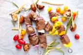 Raw beef shish kabobs — Stock Photo