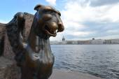 St. Petersburg. Bronze sculpture of a griffin against Neva — Photo
