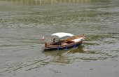The young pair goes boating down the river to Vltava, the Czech  — Stock Photo