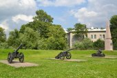 Exposition of artillery arms of the XVIII century and obelisk on — Stock Photo