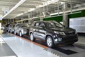 Auto pronta stare sulla linea del negozio di montaggio convogliatore. automobi — Foto Stock