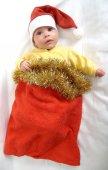 Das baby in ein neues jahr anzug von santa claus auf einem weißen tergru — Stockfoto