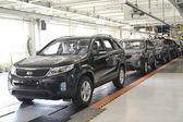 Připravená auta stojí na lince dopravníku montážní dílny. palivové automobil — Stock fotografie