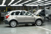 The new car with an open cowl costs in assembly shop. Automobile — Foto Stock