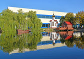 Kaliningrad. A pond with model of a wooden sailing vessel and ch — Stockfoto