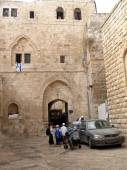 Israel, Jerusalem. People in a courtyard of the Old city on the  — Stockfoto