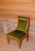 The soft chair with a velvet upholstery stands near a timbered w — 图库照片