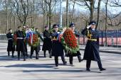 KALININGRAD, RUSSIA - APRIL 09, 2015: Wreath-laying by group of — Stock Photo