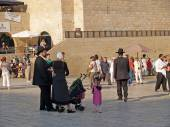 JERUSALEM, ISRAEL - OCTOBER 09, 2012: A traditional orthodox Judaic family with children on the square in front of the Wailing Wall — Stock Photo