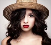 Glamorous portrait of a brunette in a straw hat. — Stock Photo