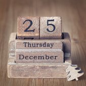 Old vintage wooden calendar set on the 25 of December  with chri — Stock Photo