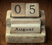 A very old wooden vintage calendar showing the date 5th August o — Stockfoto