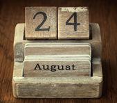Un très ancien calendrier vintage en bois indiquant la date du 24 août — Photo