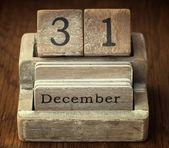 Eine sehr alte hölzerne Jahrgang Kalender zeigt das Datum des 31. Dez — Stockfoto