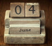 A very old wooden vintage calendar showing the date 4th June on  — Foto de Stock