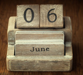 A very old wooden vintage calendar showing the date 6th June on  — Foto de Stock