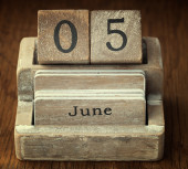 A very old wooden vintage calendar showing the date 5th June on  — Foto de Stock