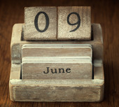 A very old wooden vintage calendar showing the date 9th June on  — Foto de Stock