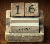 A very old wooden vintage calendar showing the date 16th June on — Foto de Stock