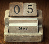 A very old wooden vintage calendar showing the date 5th May on w — Foto de Stock