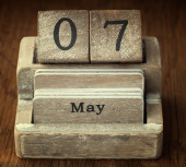A very old wooden vintage calendar showing the date 7th May on w — Foto de Stock