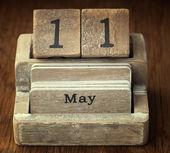 Velmi staré dřevěné vinobraní kalendář obsahující datum 11. května na — Stock fotografie