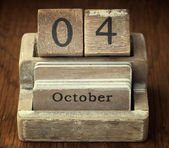 A very old wooden vintage calendar showing the date of 4th Octob — Stock Photo