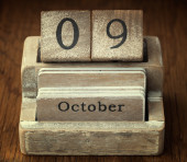 A very old wooden vintage calendar showing the date of 9th Octob — Foto de Stock