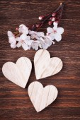 Three wooden hearts placed nicely with spring cherry blossom flo — Foto Stock