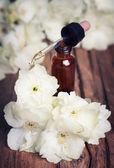Naturalny olejek z kwiatów na stare drewniane tła — Zdjęcie stockowe