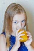 Cute girl drinking beverage — Stockfoto