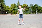 Cute girl on roller skates in summer — Zdjęcie stockowe