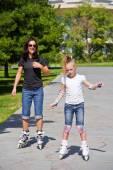 Mor och dotter på rullskridskor — Stockfoto