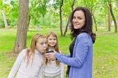 Kadın iki kızla çay içme — Stok fotoğraf