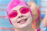 Девушка в шляпе розовый резиновый — Стоковое фото