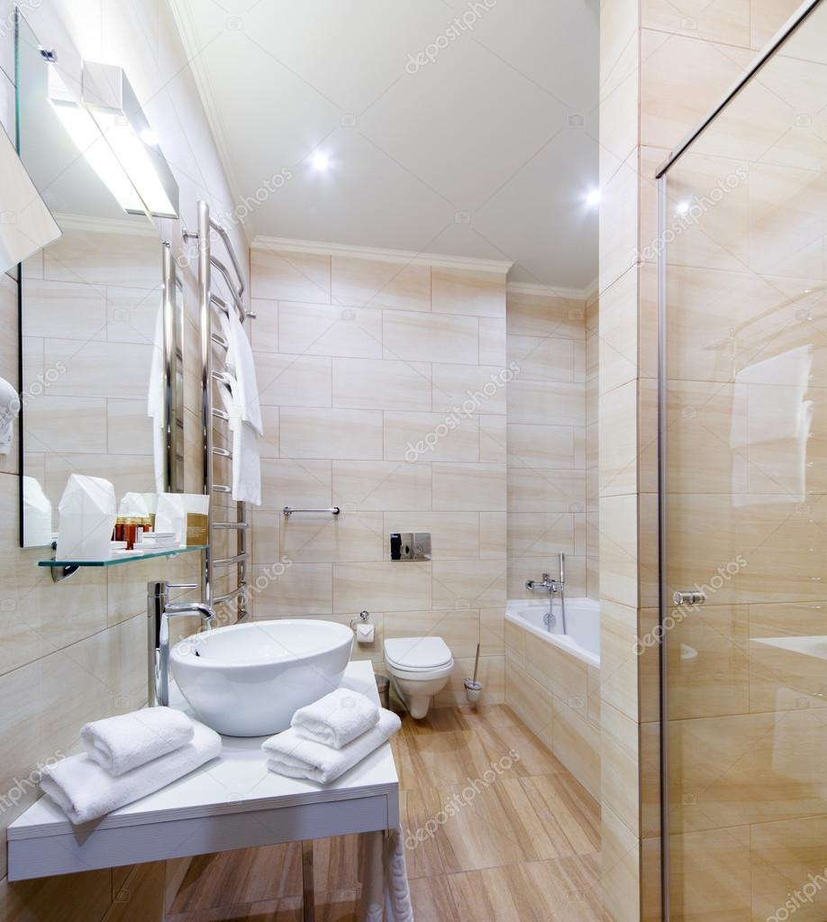 Badrum inredning hotellrum, med badkar och dusch — Stockfotografi ...