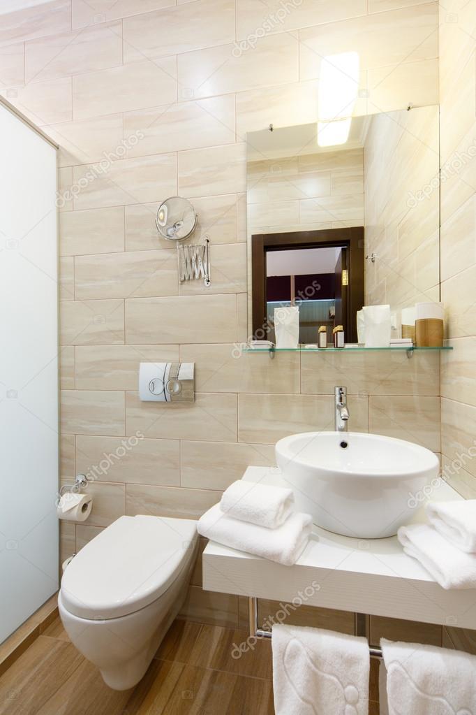 세 면 대 및 showe 호텔의 욕실 인테리어 객실 — 스톡 사진 ...