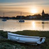 Beautiful Summer sunset landscape over low tide harbor with moor — Stock Photo